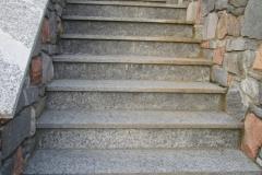 scala-e-copertine-in-serizzo-con-muro-in-sasso-naturale